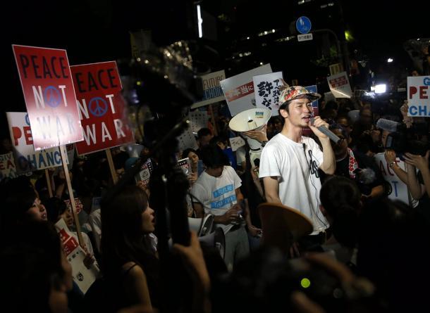 国会前で声を上げるSEALDsの奥田愛基さん=2015年7月15日