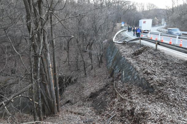 事故から一夜明けた国道18号沿いのバス転落現場。ガードレールが大きく曲がり、衝突の強さを示していた
