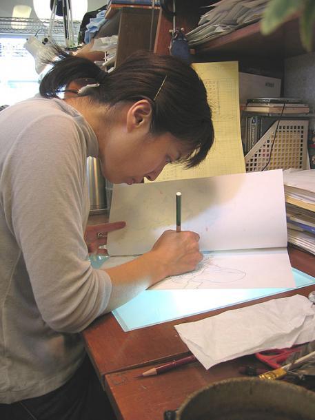 『ハウルの動く城』動画作業中の舘野仁美さん(2004年6月、スタジオジブリにて