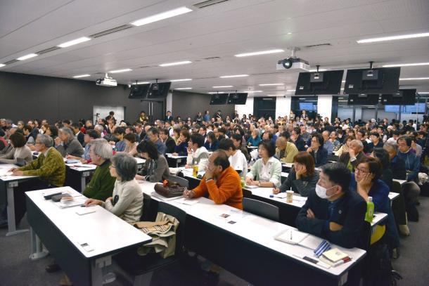石川健治さんの講演を熱心に聞く人たち