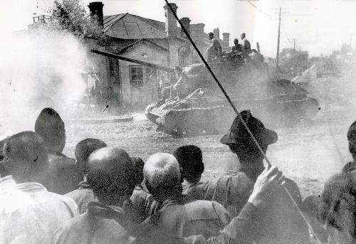 1945年、満州北部のハルビンに入るソ連軍戦車=タス通信