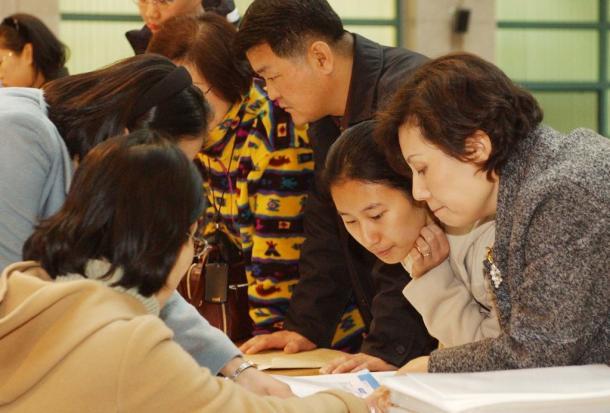 ソウル・延世大学の入試の願書受付に訪れた受験生や親たち