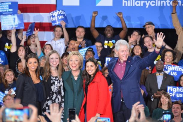 集会で、夫のビル・クリントン元大統領や娘のチェルシーさんらに囲まれるヒラリー・クリントン氏20160220