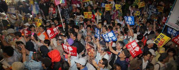 国会前には多くの人が集まり、安保関連法案の採決強行の阻止を訴えた