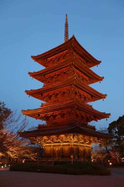 文化庁の移転決定を受け、文化庁カラーの朱色にライトアップされた東寺の五重塔=2016年3月22日、京都市南区