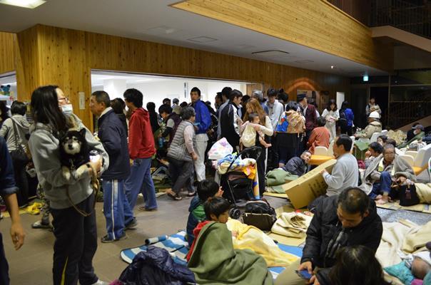 16日未明の地震のあと、避難所には多くの人が集まってきた=2016年4月16日午前2時28分、熊本県益城町の町保健福祉センター
