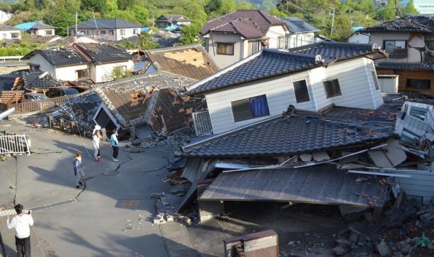 相次ぐ地震で倒壊した家=熊本県益城町