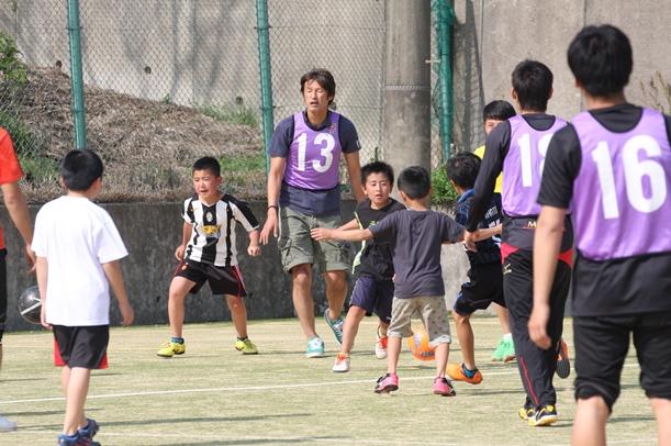 ロアッソ熊本の巻誠一郎(13)らとサッカーを楽しむ避難所の子どもたち=2016年4月19日、熊本県益城町の阿蘇熊本空港ホテルエミナース