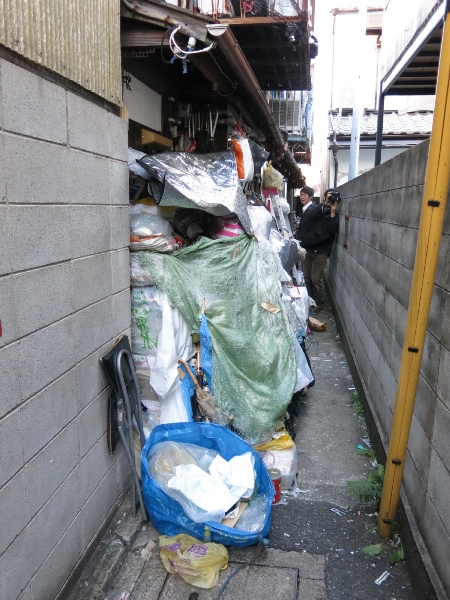 京都市が条例で初の代執行で撤去する前のごみの山=2015年11月12日、京都市右京区