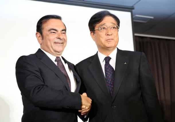 記者会見の最後に握手を交わす日産自動車のカルロス・ゴーン社長(左)と三菱自動車の益子修会長