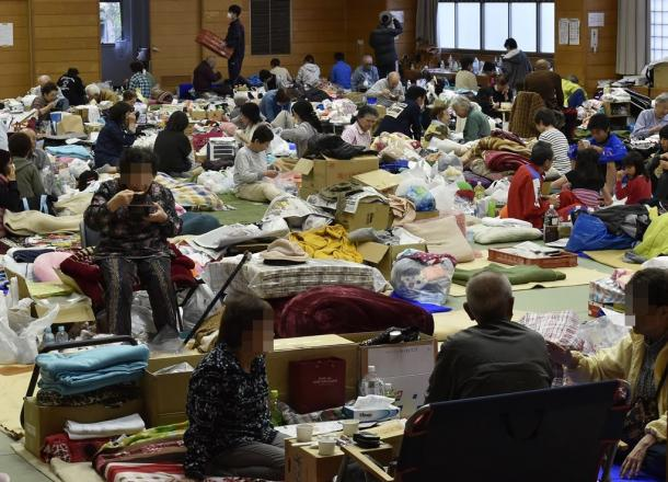 前地から2週間、避難所となっている体育館では、避難してきた人たちが段ボールや毛布、マットを使って寝起きする生活が続いていた=4月28日、熊本県益城町、写真は一部加工してあります