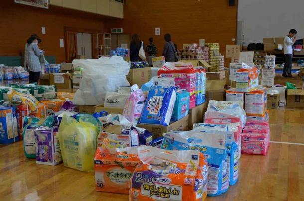 避難所の隣にある体育館には、日本全国から支援物資が届いていた=4月30日、熊本県南阿蘇村