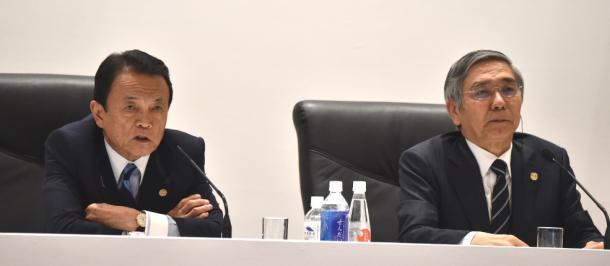 G7財務相・中央銀行総裁会議後に会見する麻生太郎財務相(左)と黒田東彦日銀総裁=2016年5月、仙台市