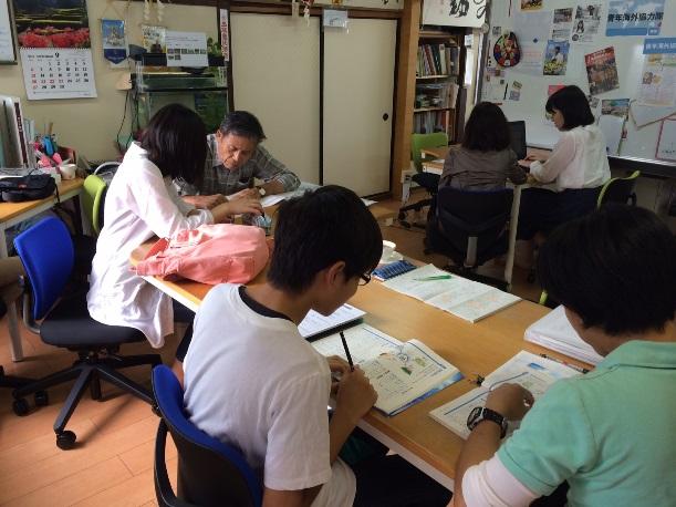 不登校の子の受け皿・フリースクールでスタッフとともに、それぞれの進度に合わせ勉強えおする子どもたち=2015年9月25日、福岡市東区