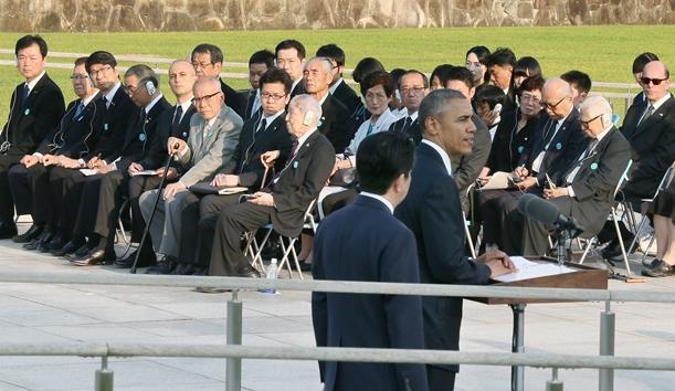 演説するオバマ米大統領の言葉を聞く被爆者ら=年月日、広島市中区の平和記念公園、時事通信代表撮影