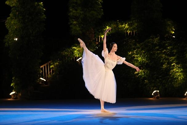バルナ国際バレエコンクールで踊るオニール八菜さん=2014年7月、ブルガリア・バルナ