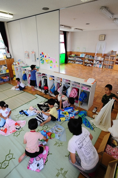 保育園の遊戯室で過ごす5歳児=2009年7月、大津市