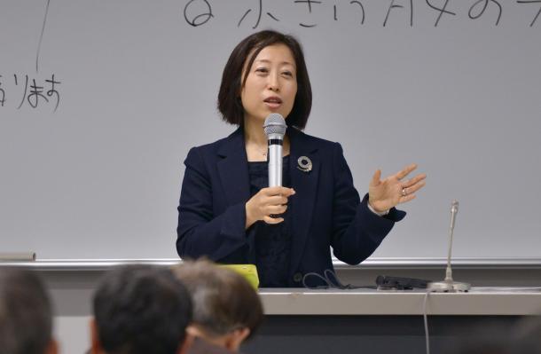 講演する三浦まり教授