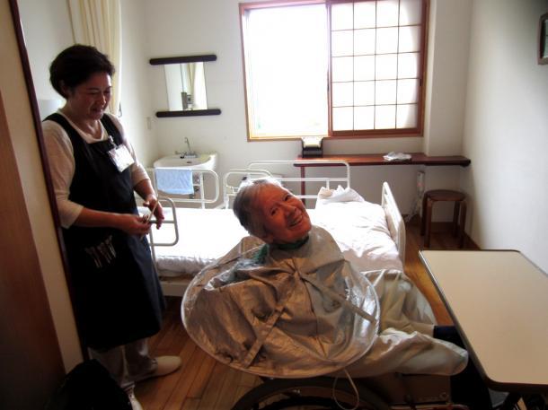 「すき」が似合う女性、鳥取市の野の花診療所の病室で。理容、「すっきりしましたよ」=2016年2月