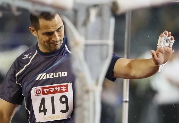 陸上日本選手権男子ハンマー投げで3投目を終え、手を振る室伏広治=2016年6月24日、名古屋市のパロマ瑞穂スタジアム