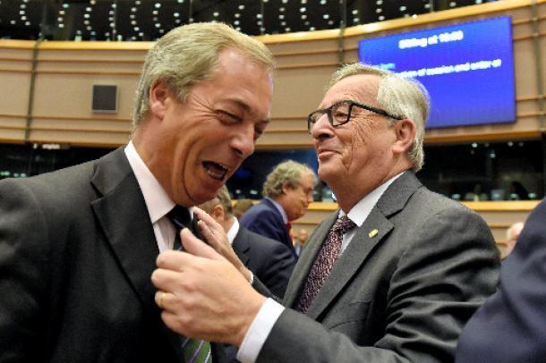 ブリュッセルで6月28日、欧州議会に出席した英国独立党のファラージ党首(左)を迎えるユンケル欧州委員長(右)