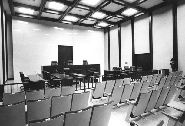 刑事裁判の法廷。壇上に裁判官が座り、証人は正面の席で宣誓して証言する=1984年、東京高裁