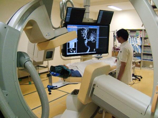 脳j神経外科の治療に導入され垣市た最新の血管撮影装置=2013年、岐阜県大