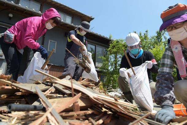 大勢のボランティアが訪れ、手際よく木材を片付けていた=14日午後、熊本県南阿蘇村20160514