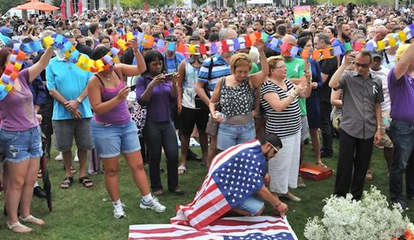 フロリダ州の銃撃事件犠牲者を追悼する市民=6月13日、金成隆一撮影