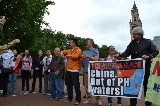 オランダ・ハーグの仲裁裁判所がある平和宮前でデモをする中国人とフィリピン人たち20160712