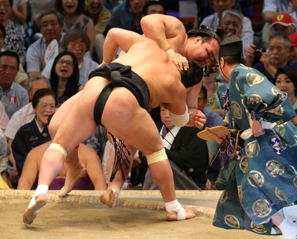 名古屋場所13日目、稀勢の里(奥)は寄り倒しで日馬富士に敗れる=2016年7月22日、愛知県体育館