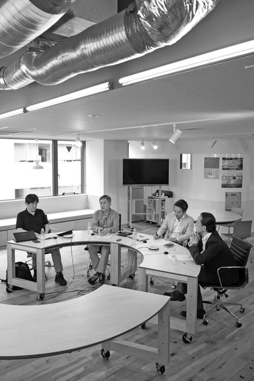座談会は東京・渋谷の朝日新聞メディアラボで5月30日に行われた。写真左から、亀松太郎氏(ネット・ジャーナリスト)、藤村厚夫氏(スマートニュース)、片岡裕氏(ヤフー)、司会の「ジャーナリズム」編集部・服部桂。吉永考宏撮影