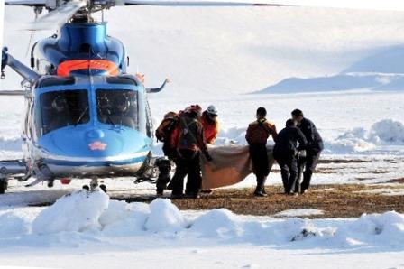 長野・阿弥陀岳の遭難現場から、遺体がヘリコプターで搬送された=2015年2月11日