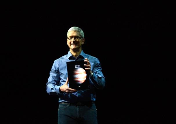 「iPhone6s」と同時発表のタブレット「iPadプロ」を持つアップルのティム・クックCEO=2015年9月9日、米サンフランシスコ