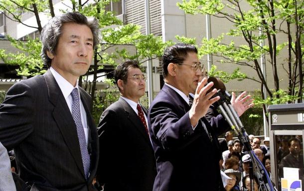 山崎拓氏(右)の応援演説を聞く小泉純一郎氏。奥は加藤紘一氏=19日午前11時すぎ、福岡・天神2001年4月