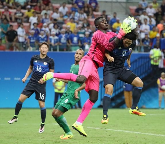 ナイジェリア戦の後半、矢島(9)はゴール前で競り合うが阻まれる=2016年8月4日、ブラジル・マナウス