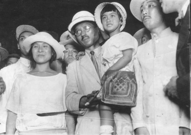 1923年7月、東京駅に着いた無政府主義者の大杉栄さんと伊藤野枝さん(左)、抱かれているのは娘の魔子さん