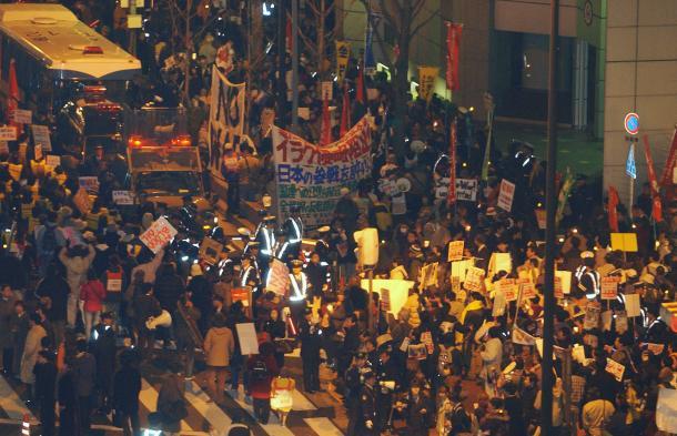 イラク攻撃に反対する人たちが集まり騒然とする米国総領事館前=2003年3月20日、大阪市北区