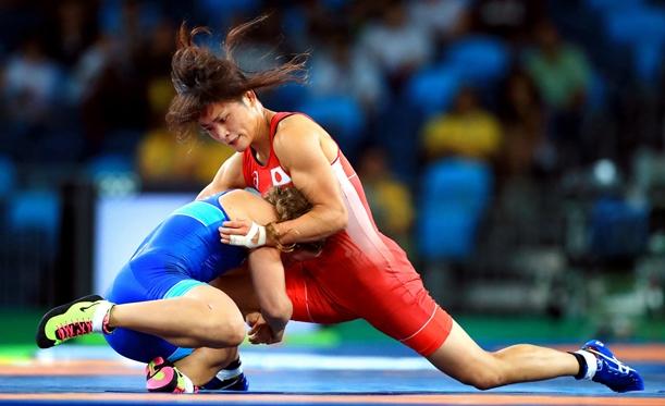 リオデジャネイロ五輪レスリング女子58キロ級決勝でコブロワゾボロワを攻める伊調馨(右)=2016年8月17日、カリオカアリーナ