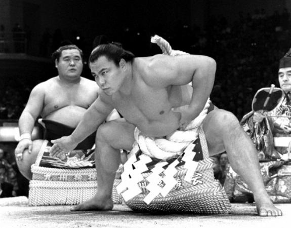 1989年11月の九州場所で土俵入りをする千代の富士