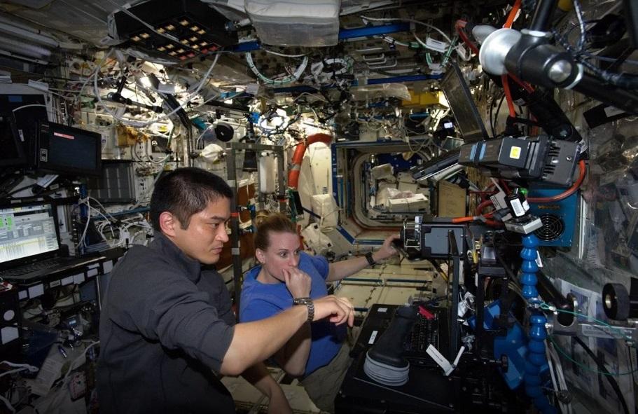 国際宇宙ステーションで作業する大西卓哉宇宙飛行士(左)ら
