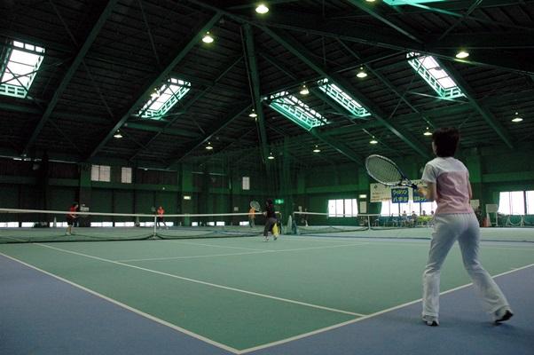 天候を気にせず使えるインドアのテニスコートでは、中高年らが平日でもプレーを楽しむ= 2006年、宇都宮市内