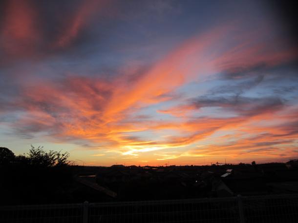 西の空に、茜(あかね)の雲たち=8 月、日本海の夕日