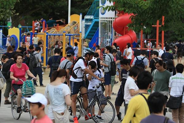 ポケモンGOを楽しむ人たちでごった返す錦糸公園=2016年7月25日、東京都墨田区