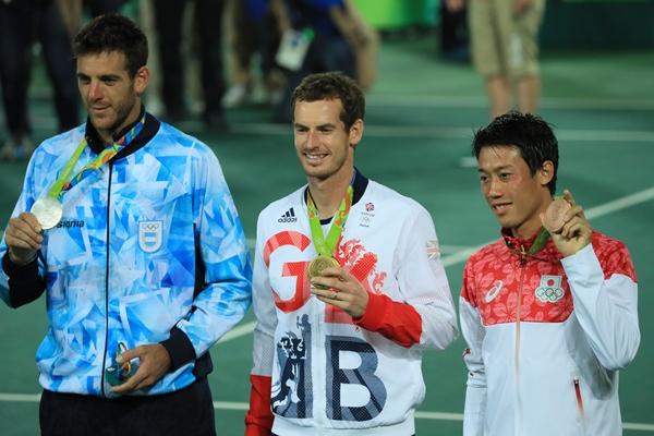 リオ五輪男子シングルス表彰式で銅メダルを掲げる錦織圭(右)。左から銀メダルのデルポトロ、金メダルのマリー=2016年8月14日、リオ五輪テニスセンター