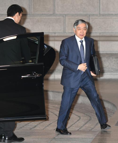 金融政策決定会合のため、日本銀行に入る黒田東彦総裁=9月21日午前7時45分