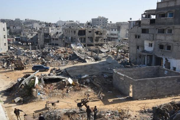 がれきの山のままのパレスチナ自治区ガザ東部シュジャイヤ地区201502