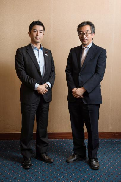 牧原秀樹さん(左)と水島宏明さん