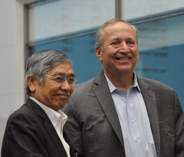 日本銀行で講演したローレンス・サマーズ元米財務長官(右)と黒田東彦・日銀総裁=9月30日