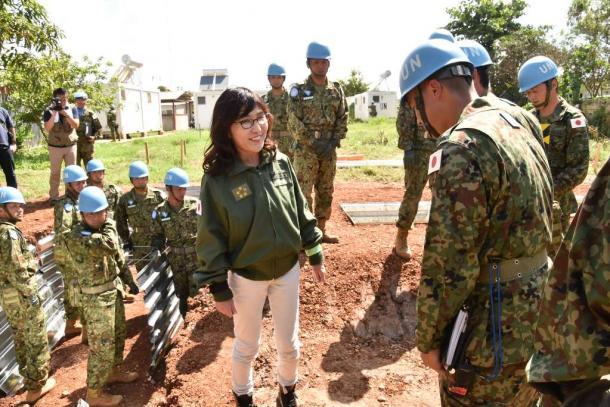 退避壕を建設している陸自隊員を激励する稲田朋美防衛相=8日、ジュバ市内の国連トンピン地区(代表撮影)20161008